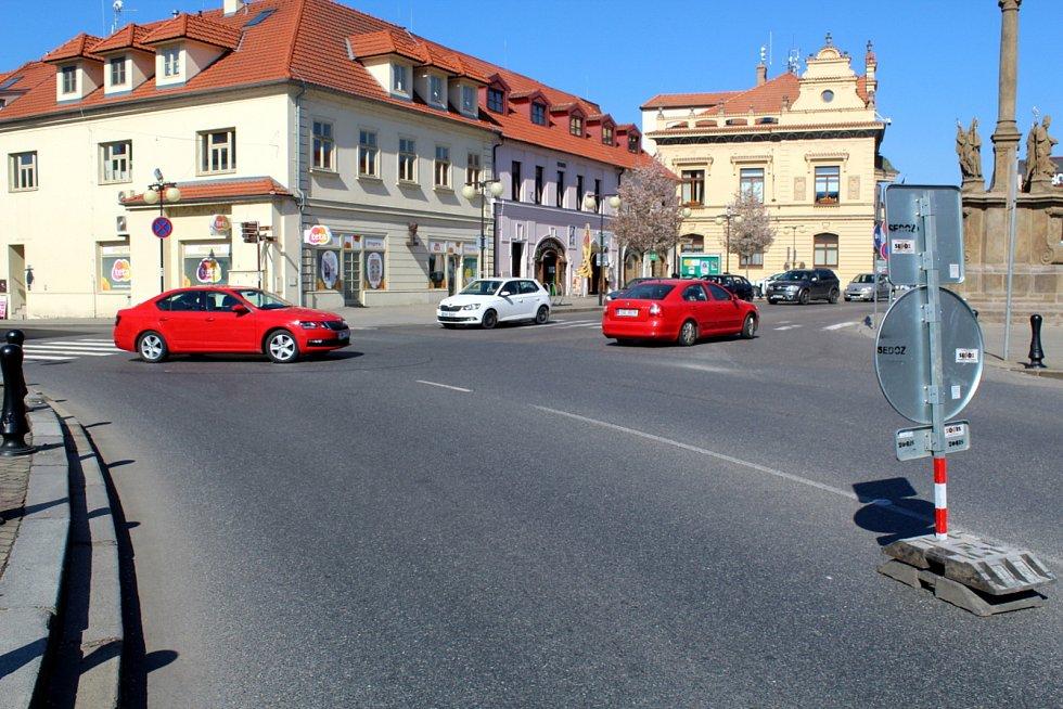 Uzavřena je pro motoristy část Jiřího náměstí, musí na objížďku.