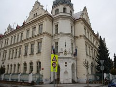 Gymnázium B. Hrabala čeká na výměnu oken.