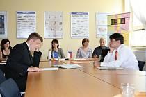 Studenta Matouše Danzera z Kolína (na  snímku vlevo) jsme zastihli při zkoušce z geografie, jistý v kramflecích si je prý hlavně  ve španělštině.