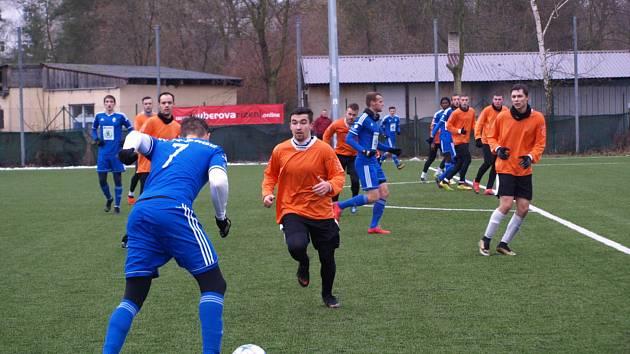 Fotbalisté Bohemie Poděbrady (v oranžovém) změřili své síly na úvod přípravy s juniorkou Mladé Boleslavi. Ta na umělé trávě v Poděbradech vyhrála jasně 7:2.