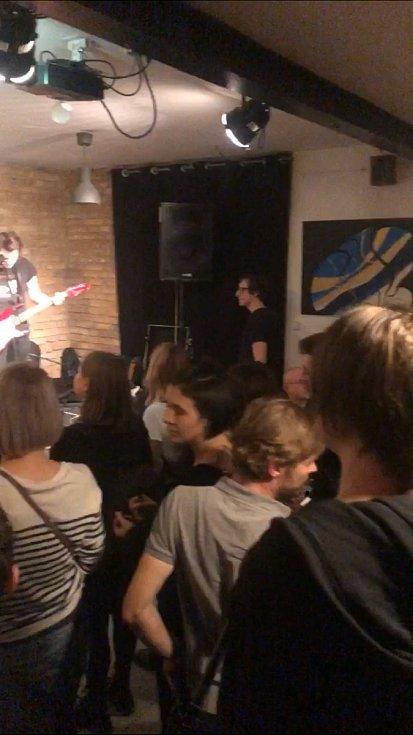 Vystoupení táborských Kalle v baru v Lysé nad Labem potěšilo hodně návštěvníků.