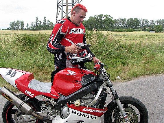 """Na Kevin cupu se o zpestření postaral motokaskadér Luboš """"Panky"""" Živnůstka."""