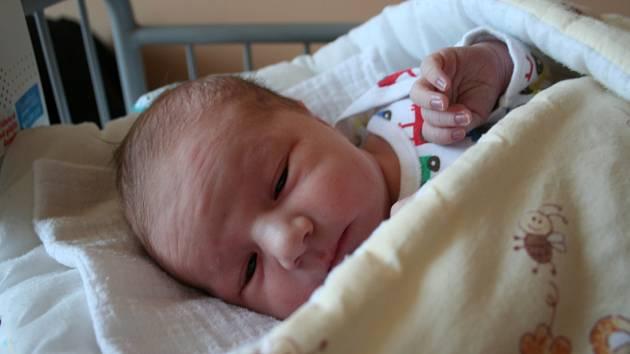 MATYÁŠ SCHUSTER se narodil 22. listopadu 2018 v 5:46 hodin s délkou 50 cm a váhou 3 540g. Rodiče Tereza a Tomáš z Milovic se na chlapečka předem těšili. Doma na něj čeká sestra Barunka.