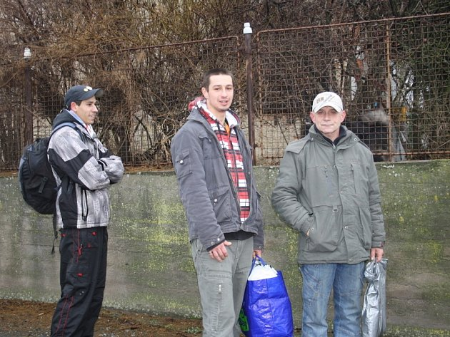 TROJICE posledních propuštěných vězňů, která mířila z jiřické věznice za nečekaně nabytou svobodou. Vladimír z Kutné Hory na snímku úplně vpravo.