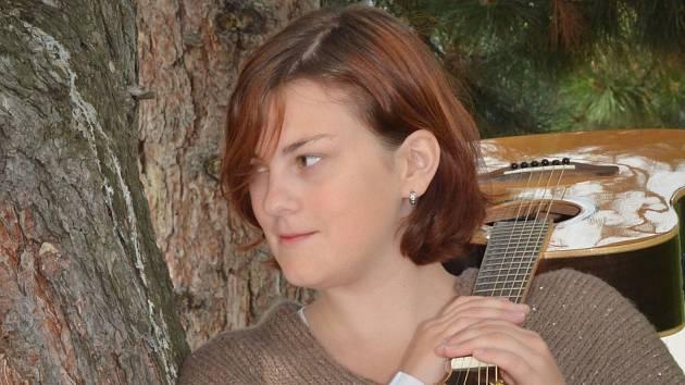 Vítězka ePorty 2020 Kristína Dlouhá vyhrála kytaru.