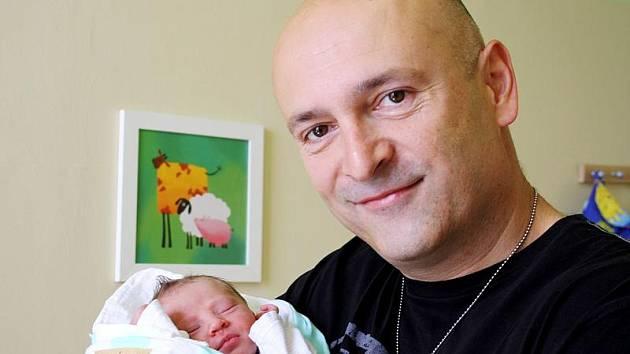 TATÍNEK SI HOLČIČKU PŘÁL. Na novorozenou Vandu Kozákovou se dopředu těšili rodiče Miloš a Petra i její budoucí dva ochránci, bráchové Martin a Miloš z Nymburka. Holčička se narodila ve čtvrtek 16. června 2011 v 8.15 hodin s mírou 44 cm a váhou 2600 g.