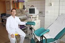 PRIMÁŘ DUŠAN KOLAŘÍK u ultrazvuku na porodním sále, před vyhřívanou postýlkou pro novorozence.