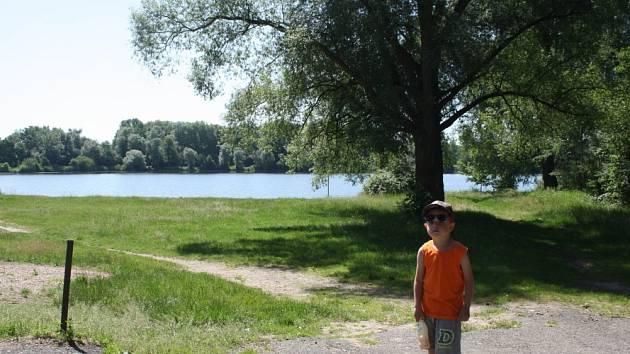 Oblíbené jezero v Ostré pozvolna pustne
