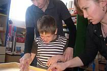 Žáci městecké základní školy obdarovali děti s těžkým mentálním postižením z poděbradské speciální školy.