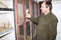 Luboš vaněk stěhuje část zvířat ve Stanici handicapovaných živočichů z venkovních voliér dovnitř