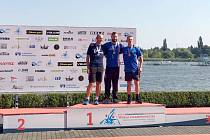 KANOISTA ONDŘEJ PETR (uprostřed), člen nymburské Lokomotivy, se stal podruhé za sebou mistrem světa v kanoistickém maratonu