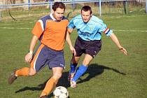 Fotbalisté Sadské B se trápí. Zatímco kapitán rožďalovického béčka Vlček (vpravo) slavil se svým týmem celkem jasnou výhru, domácí útočník Lugmajer prohrál se svými spoluhráči už počtvrté v řadě.
