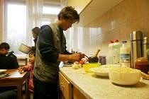 Pan Neu Zaw se také umí otáčet v kuchyni, ukázal nám, jak se dělá pálivý salát.