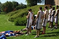 VÍTĚZSTVÍ. Nymburští košíkáři už děčínské Válečníky porazili. Nejprve v prvním finálovém zápase a pak také při natáčení předzápasové upoutávky u nymburských hradeb.