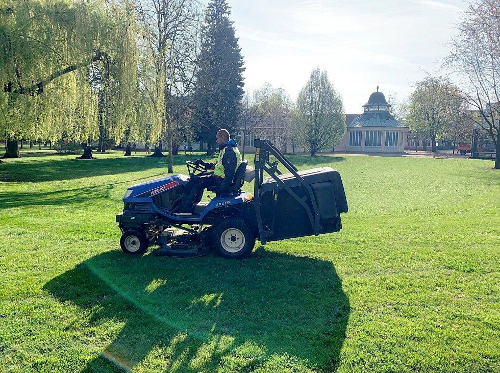 Jarním anglickým zástřihem prochází také travnaté plochy v parku.
