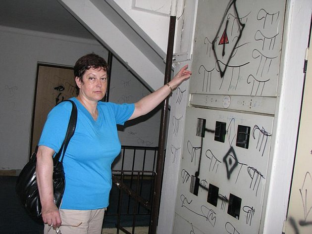 Podpis vandalů v domě č. 10