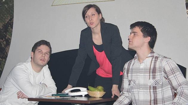 První divadelní večer v klubu Boss Bar představil divadelní soubor JeLiTa a kapelu Artmosphere.