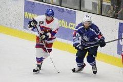 DANIEL ARNOŠT, útočník Nymburka (vlevo), nastřílel v utkání druhé hokejové ligy tři branky do sítě Pelhřimova. Jeho počínání sledovala na vlastní oči i jeho maminka