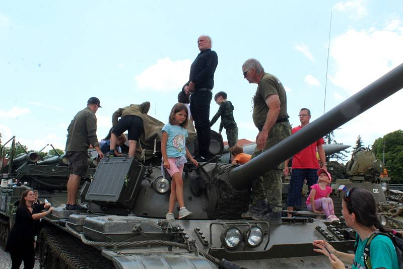 Z oslavy 30 let od odchodu posledních sovětských okupačních vojáků v Milovicích.