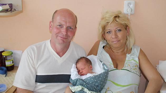 LUKÁŠ JE Z PODĚBRAD. Sabinka, Eliška, Verunka a Zuzanka se dočkaly konečně bráchy Lukáše Kučery. Ten se narodil rodičům Pepčovi a Jitušce z Poděbrad 26. dubna v 8.25 hodin s mírami 3 770 g a 49 cm.