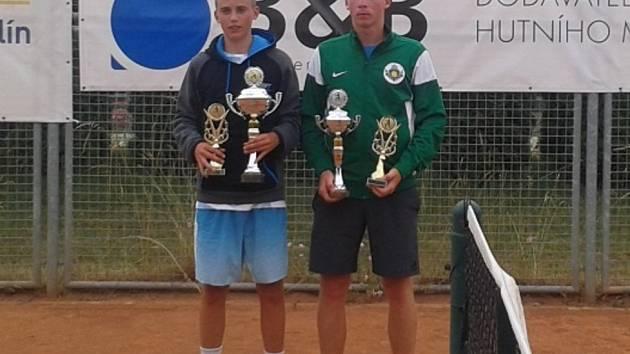 Michael Vrbenský (vlevo) s pohárem za vítězství ve dvouhře i čtyřhře.