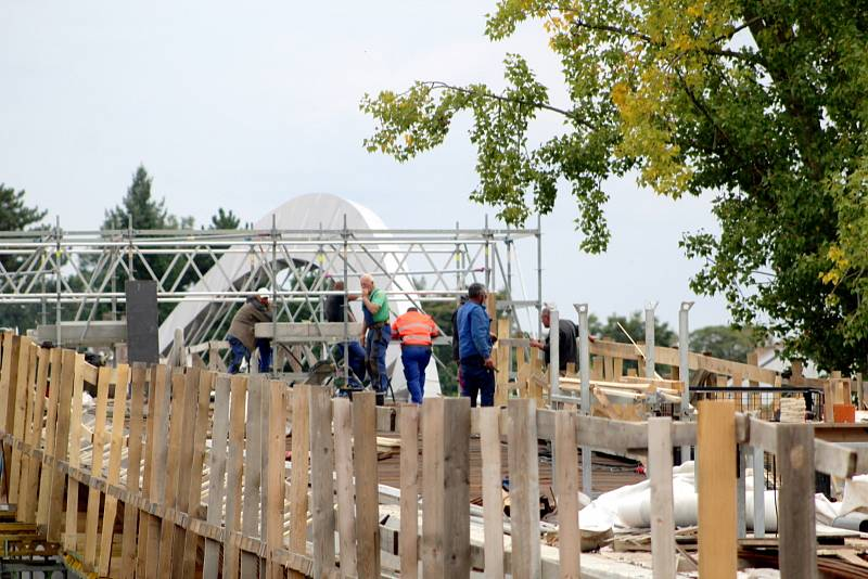 Z výstavby lávky pro pěší a cyklisty přes řeku Labe v Nymburce.