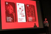 Podoby možného využití jednotné grafické a vizuální prezentace města, jak je předvedli zástupci grafického studia Colmo na prezentaci v kině Sokol.