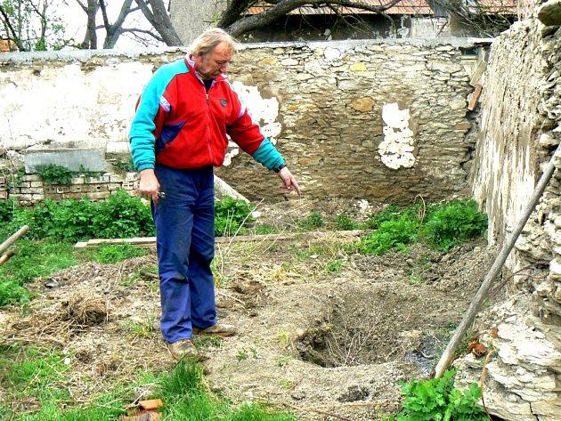 Jindřich Rejvold ukazuje místo, kam psa zahrabal
