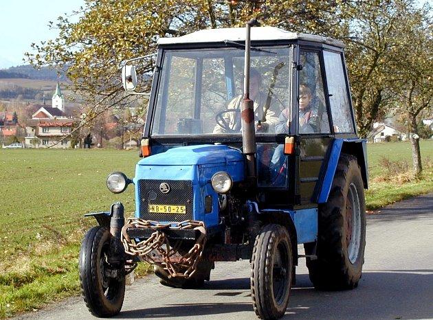 Muže vážně zranil traktor.