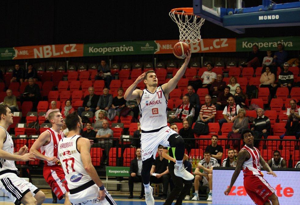 Basketbalisté Nymburka (v bílém) vyprovodili mužstvo Pardubic padesátibodovým debaklem.