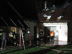 Čtyři jednotky hasičů zasahovaly při úterním požáru rodinného domu, který způsobil blesk.