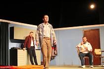 Zaplněné Hálkovo divadlo vidělo představení Chvála bláznovství.