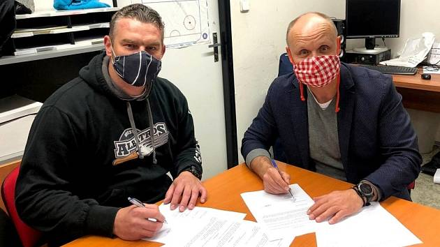 Nový trenér. Koučem poděbradských hokejistů bude v příští sezoně Michal Dobroň (vlevo). Na snímku při podpisu smlouvy s předsedou klubu Petrem Fialou
