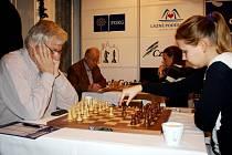 ČESKÝ VELMISTR na celosvětové úrovni Vlastimil Hort (vlevo vpředu) na začátku sobotní partie.