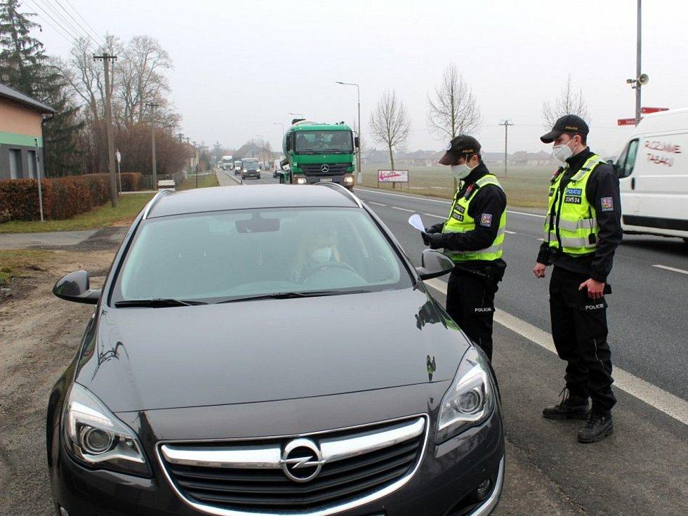 Kontrola Policie ČR na hranici okresu Nymburk.