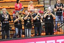 PODPORA BUDE DŮLEŽITÁ. Basketbalisté Nymburka věří, že je jejich fanoušci poženou dopředu i ve středeční odvětě s AEK Atény. Trumpety by chybět neměly.