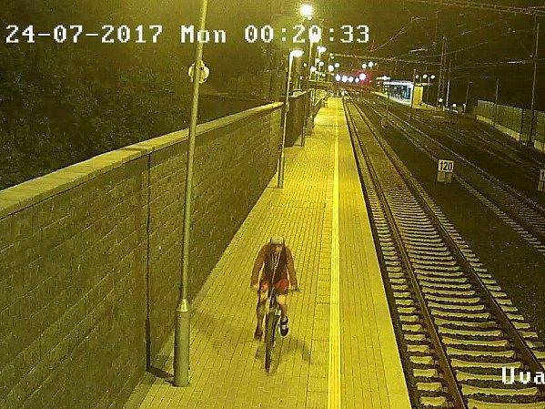 Policisté zveřejnili kamerové záběry mladého muže na kole, se kterým by rádi hovořili.
