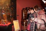 Kostelní hodiny odbily devátou, bubeníci zavířili paličkami v divokém virblu, Den Poděbrad 2017 byl zahájen. Město jej v pátek otevřelo výstavou vzácných replik císařské koruny Svaté říše římské a svatováclavské koruny.