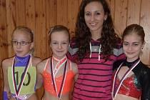 Poděbradské závodnice – zleva: Natálie Havránková, Dominika Herzánová, trenérka Pavlína Vosejpková  a Natálie Vinecká