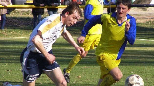 Fotbalisté Litole (v bílém) nestačili na aspiranta postupu, celek Benešova. Tomu podlehli 0:2