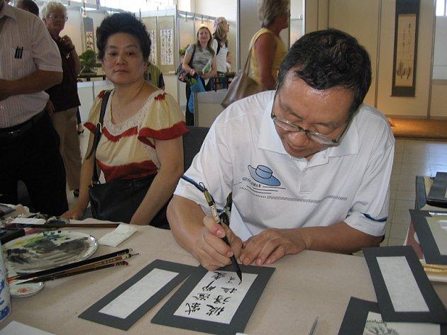 Napsat svá jména čínským kaligrafem Xu Guo–Fu, nebo napsat nějaký vzkaz pro své blízké, si mohli nechat návštěvníci v expozici bonsají na výstavě Květy 2007 v Lysé nad Labem.