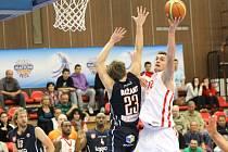VÍTĚZSTVÍ. Po vysoké porážce ve Valencii potřebovali košíkáři Nymburka porazit Děčín. A to se jim v jejich hale povedlo.