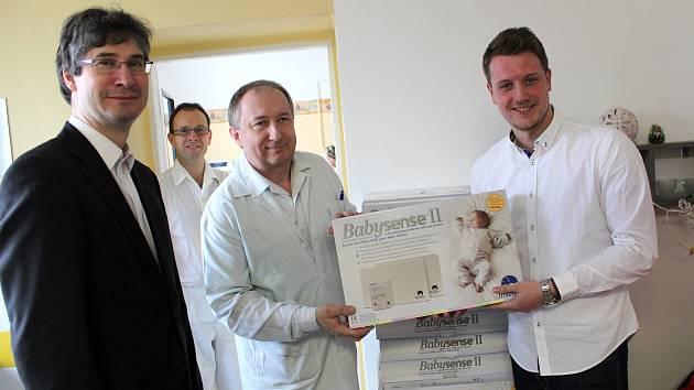 Nové monitory dechu byly předány přímo na novorozeneckém oddělení nymburské nemocnice.