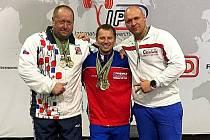 Karel Ruso uprostřed se zlatou medailí v Jihoafrické republice.
