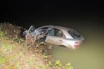 Auto skončilo po nehodě v rybníku u Záhornice