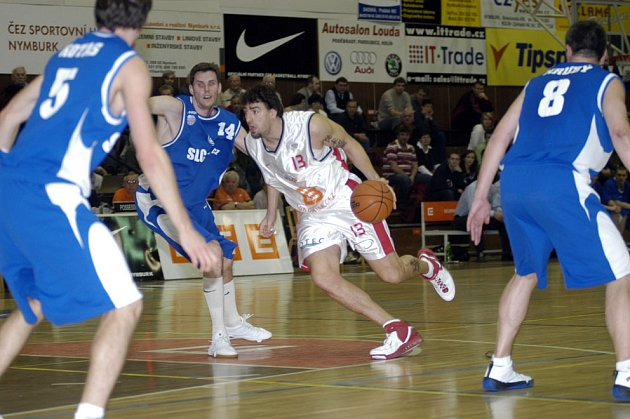 Radoslav Rančík (s míčem) dal v Prostějově 17 bodů.