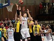 Z basketbalového utkání Ligy mistrů Nymburk - AEK Atény (82:93)