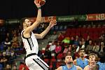 Basketbalisté Nymburka (v bílém) vyhráli na své palubovce nad týmem Olomoucka o dvacet bodů.