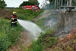 Také nymburští drážní hasiči likvidovali požár u kolejiště.