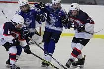 V Lize starších žáků proti sobě nastoupily hokejové celky Poděbrad (hrají v bílém) a Kolína. Z vysokého vítězství 10:3 se radovali kolínští Kozlové.